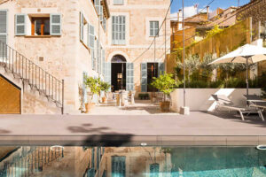 Situated in the very centre of the town of Soller, this beautiful Townhouse with pool is for sale.